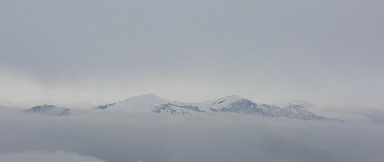 Krivánska_Fatra_v_štrbinke,_čiastočne_panoramatičná.
